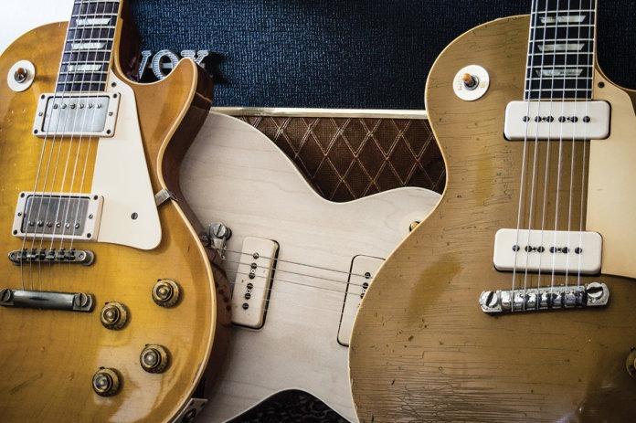 """Las tres Les Paul usadas: una Gibson Custom Collector's Choice #26 Whitford Burst, una Greco """"conversión"""" (en proceso) y una Goldtop de 1954"""
