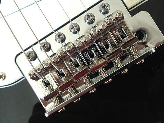 Partes de la guitarra eléctrica: Puente tipo Trémolo Sincronizado de Stratocaster.