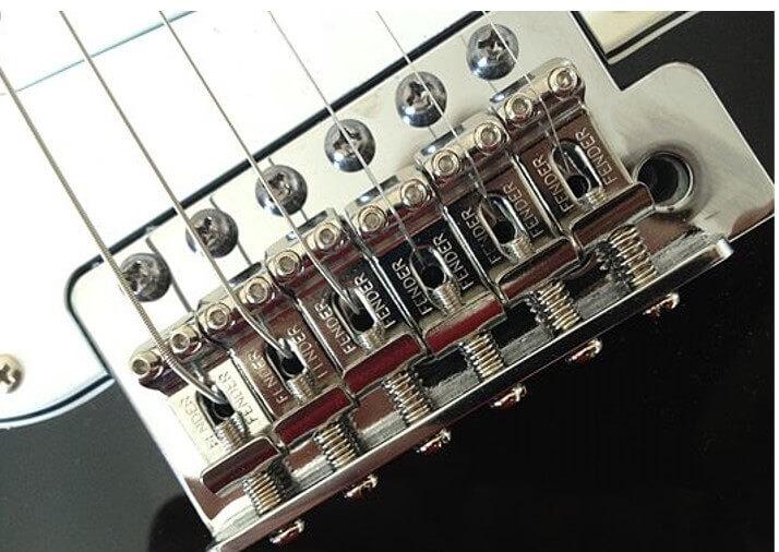 Foto de puente trémolo flotante estilo vintage de Fender Stratocaster