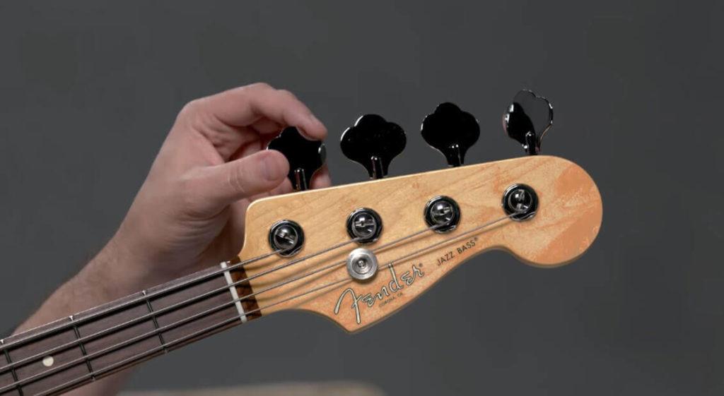 Fotografía de Bajo Electrico Fender Jazz Bass - Busca el punto justo de ajustando hasta estar afinado.