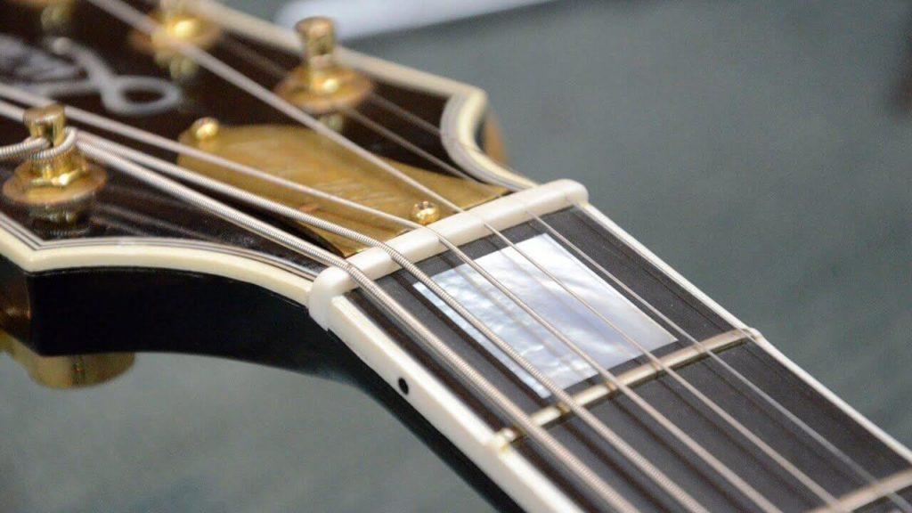 Imagen de cejilla o cejuela de una guitarra eléctrica