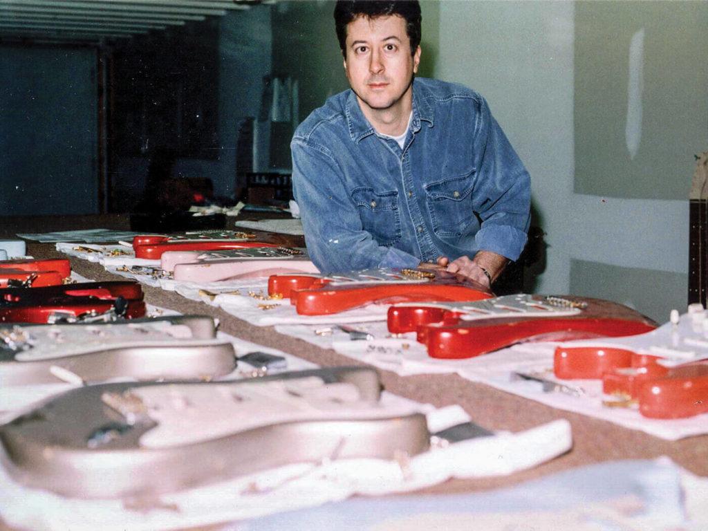 Foto de Vince Cunetto com corpos de relíquia para a Fender Custom Shop