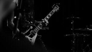 Guitarrista en recital tocando una Gibson Les Paul.