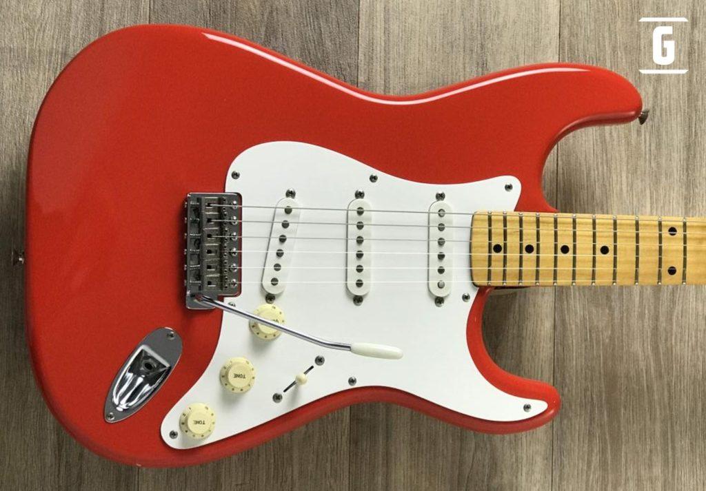 Una Fender Stratocaster Red Fiesta con pickguard tipo 57's