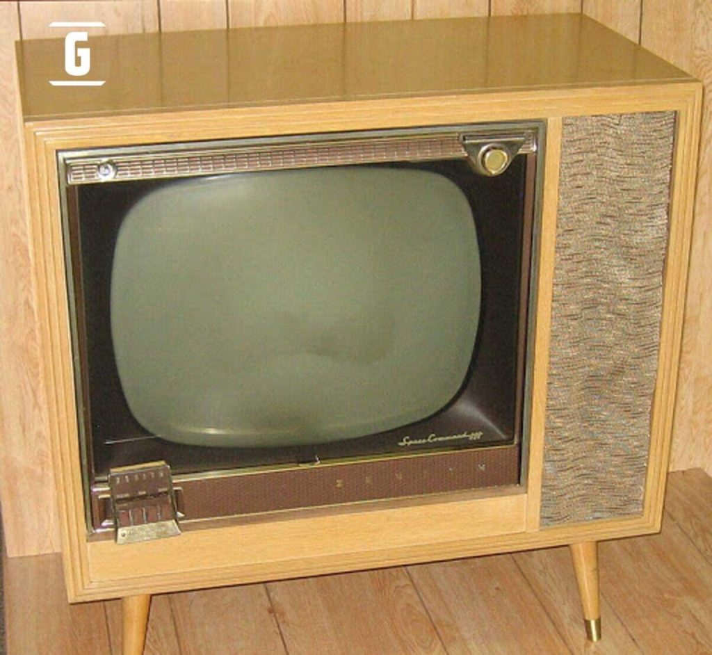 "Televisor Zenith en ""Limed Mahogany"" o ""Caoba amarillento""."