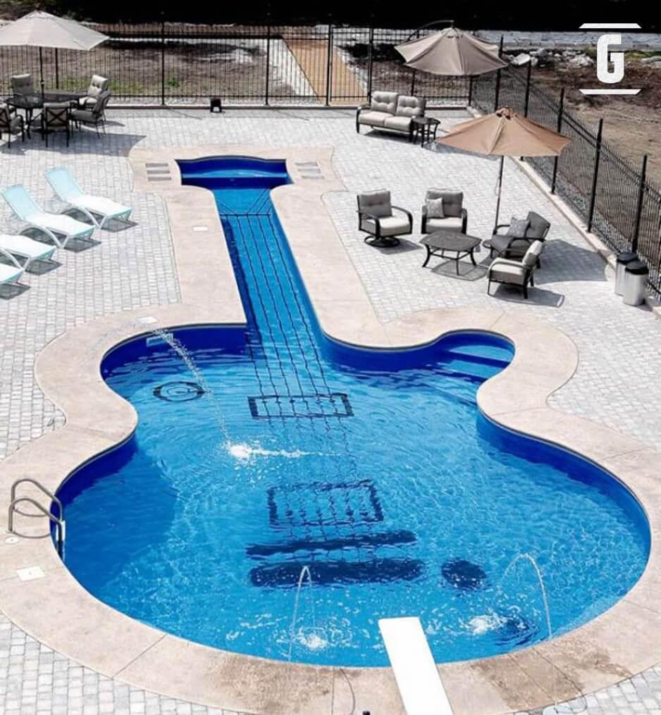 Piscinas con forma de guitarra eléctrica Les Paul.