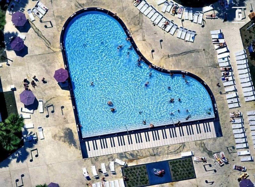 Piscina con forma de piano de cola.