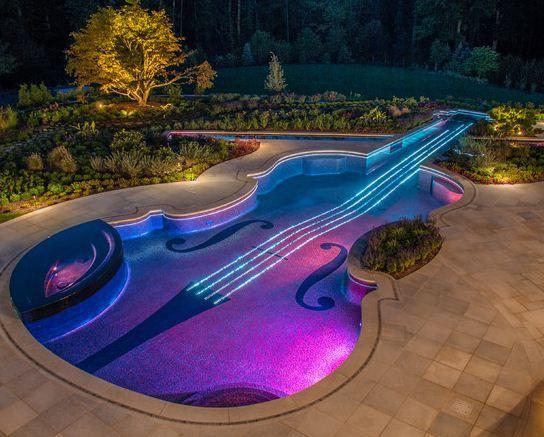 Piscina con forma de violín de noche.