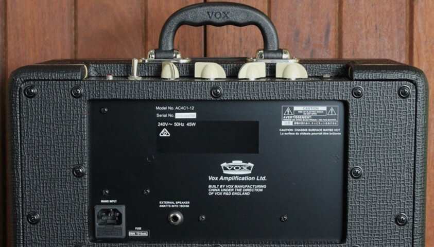 Parte posterior del Vox AC4C1-12 con salida externa.