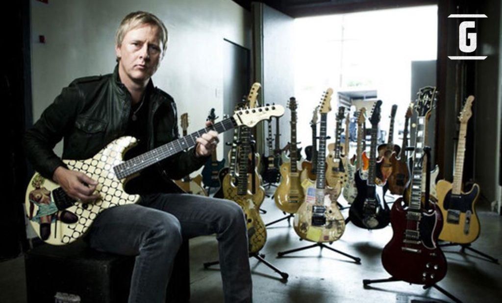 Der Gitarrist mit seiner Gitarrensammlung.
