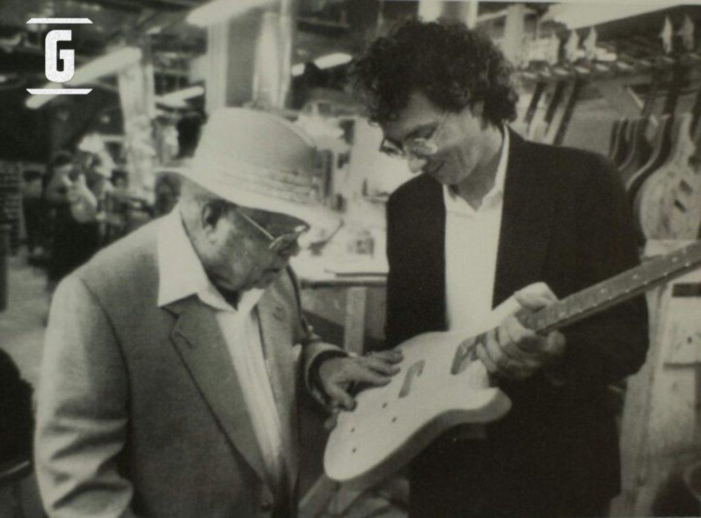 Ted McCarty en la fábrica de PRS junto con Paul Reed Smith.