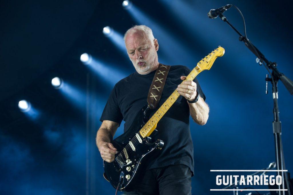 Gimour in azione a un concerto con la famosa Fender nera.