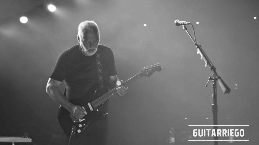 David Gilmour im Konzert mit der Fender Black Strat Gitarre.