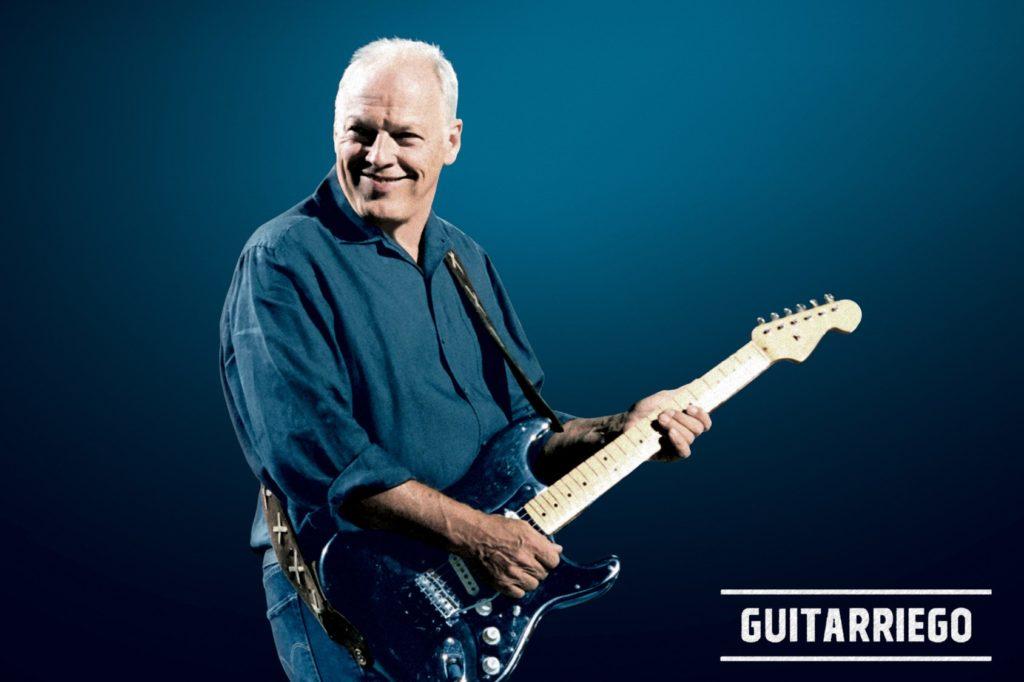 David Gilmour spielt mit dem schwarzen Strat in einem Konzert.