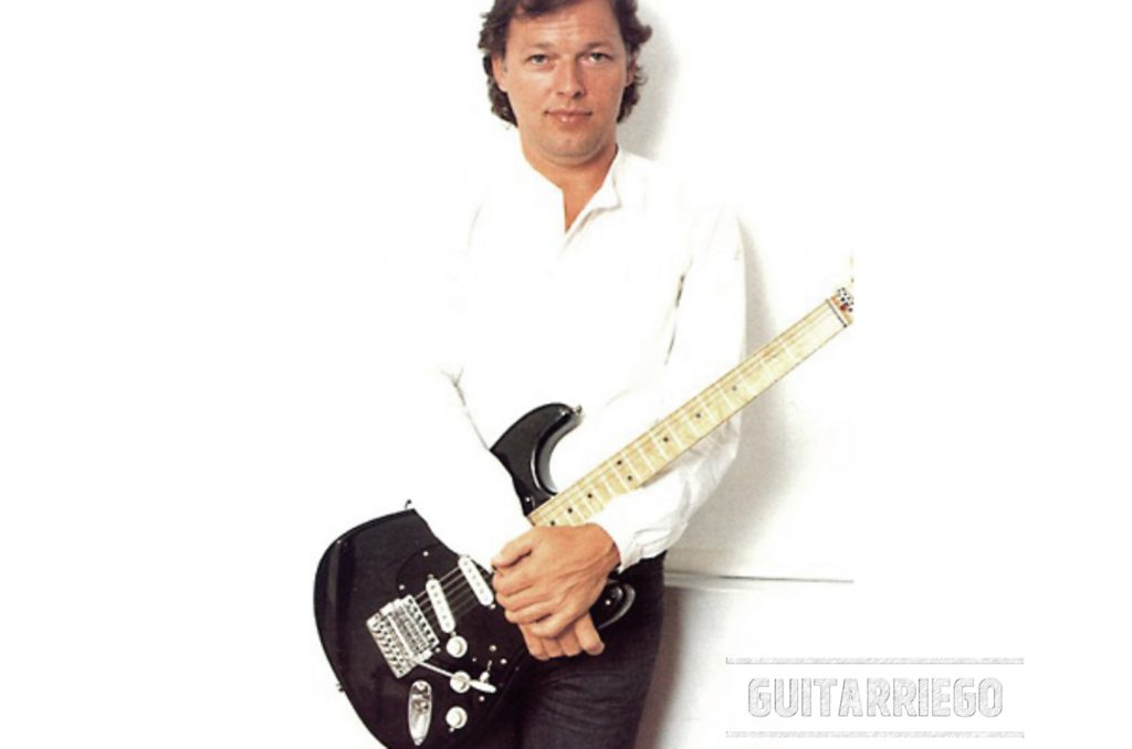 Gilmour posa con la Black Strat con il vibrato Kahler