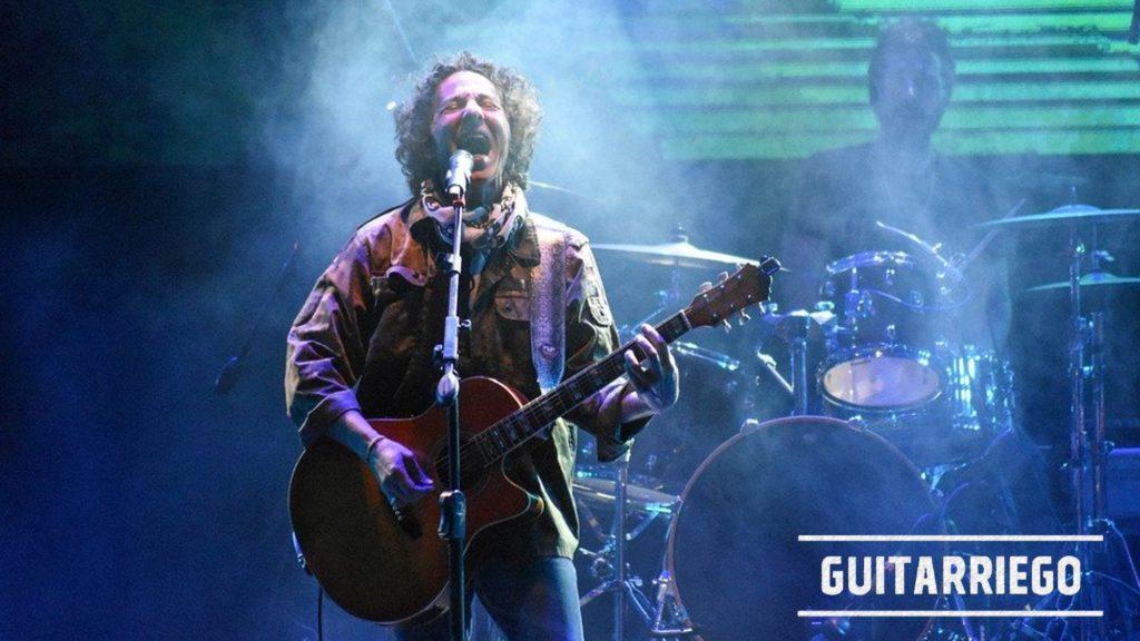 Cantar y tocar la guitarra, el bajo o cualquier otro instrumento musical a la vez