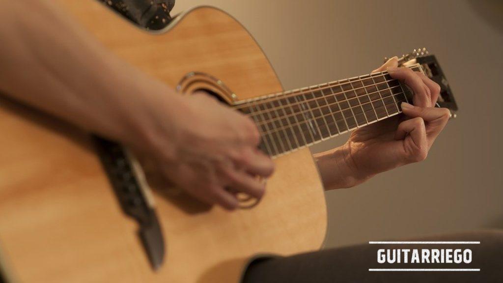 Aprende a tocar la guitarra, la técnica de rasgueo es una básica en el estudio del guitarrista principiante.