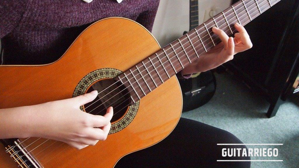 Aprende a tocar la guitarra, la técnica de arpegio es fundamental para ciertos estilos musicales.