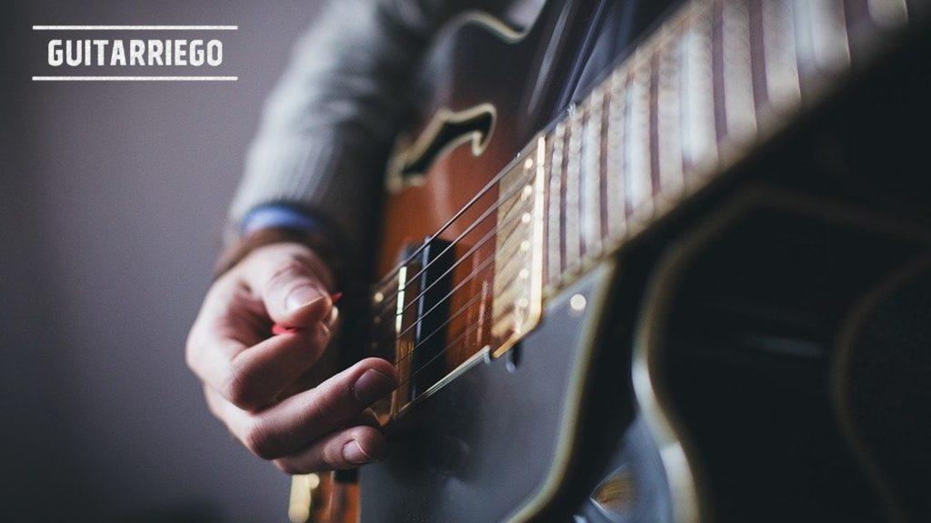 Aprende a tocar la guitarra, la técnica de punteo es fundamental.