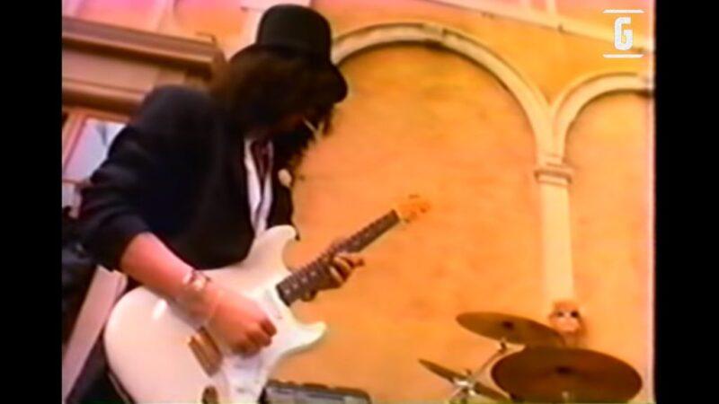 Slash tocando Stratocaster, Duff la batería y Gilby el bajo