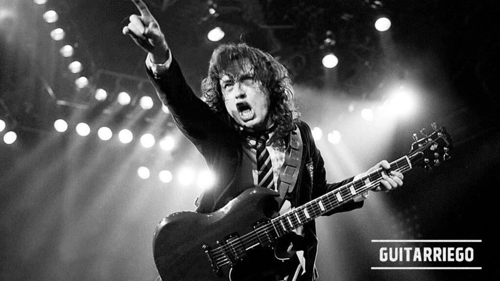 Angus Young, Leader und Gitarrist der australischen Hardrock-Band AC / DC, besitzt einen einzigartigen Stil, um Gitarre mit rohem und aggressivem Ton zu spielen.