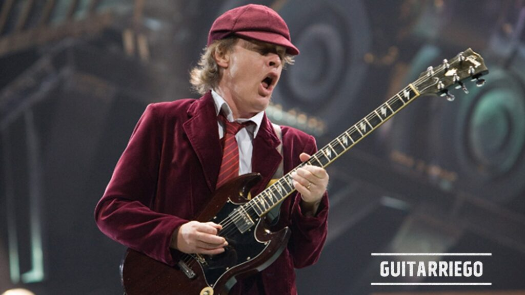 Angus Young mit seiner Gibson SG Signature
