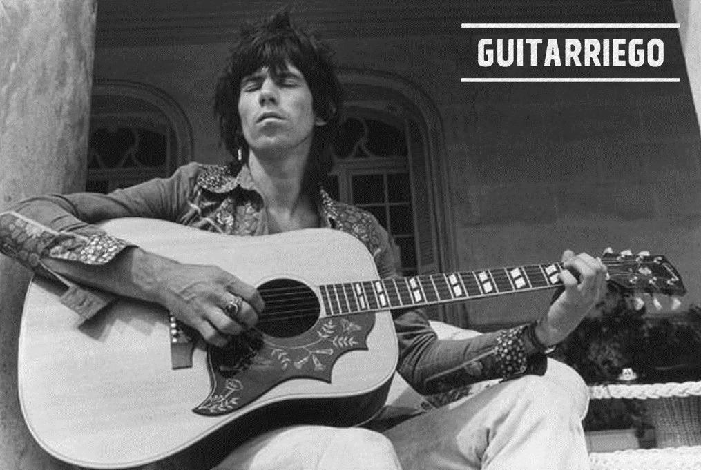 Keith Richards spielt einen Gibson Hummingbird Pro, einen akustischen Klassiker.