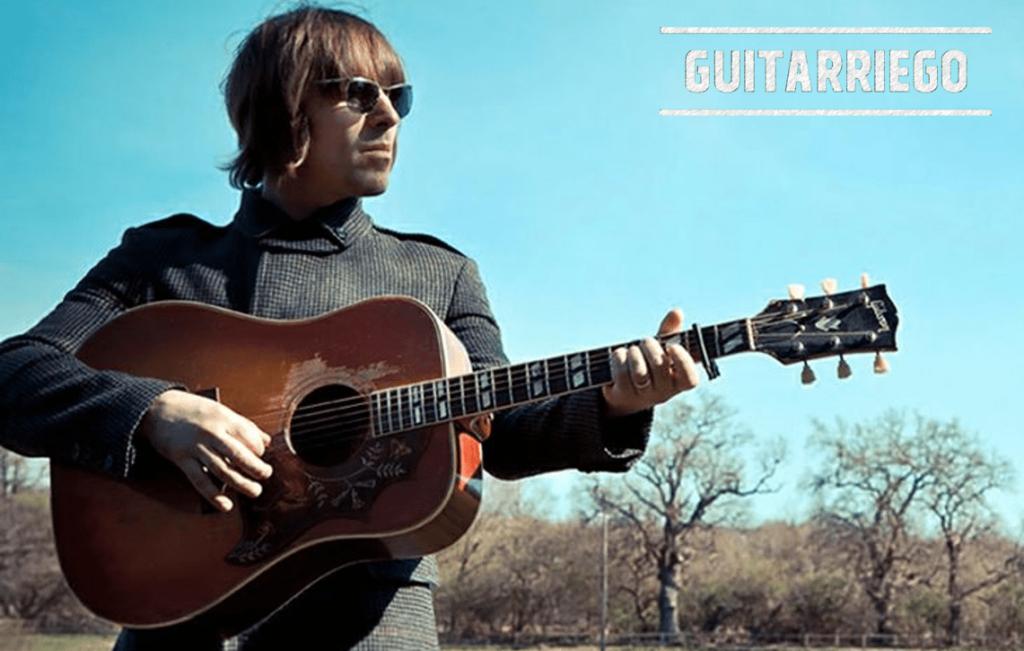 Liam Gallagher mit seinem Gibson Gibson Kolibri.