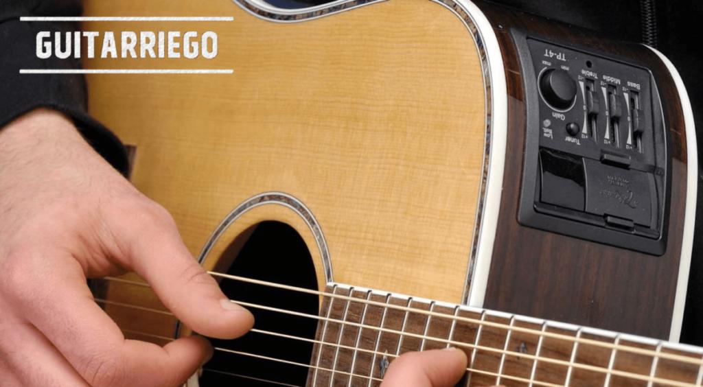 Elektroakustische Gitarre, um Ihre Gitarre verstärken zu können.